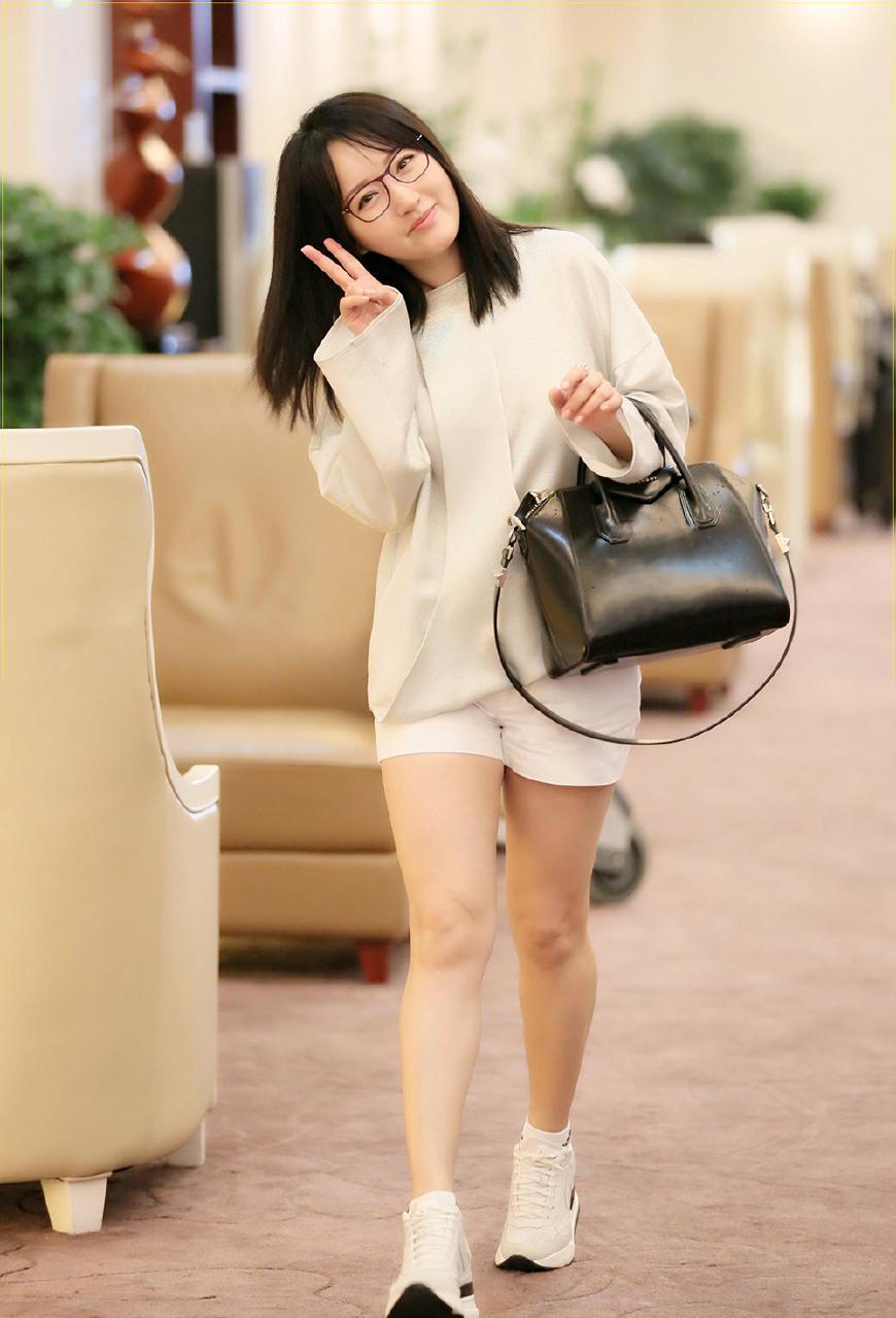 47岁杨钰莹衣品还在逆生长,穿一身白现身机场,连少女感都出来啦