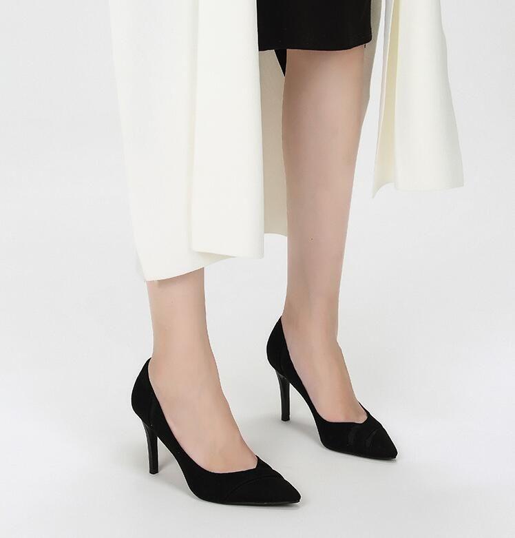 踩上艳丽的尖头高跟鞋,细高跟造型设计,打造性感优雅