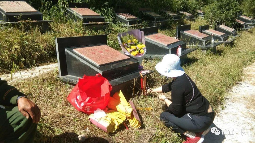 信宜老乡网_当年和烈士一起当兵的陈先生和信宜一网负责人前去新疆乔尔玛烈士陵园