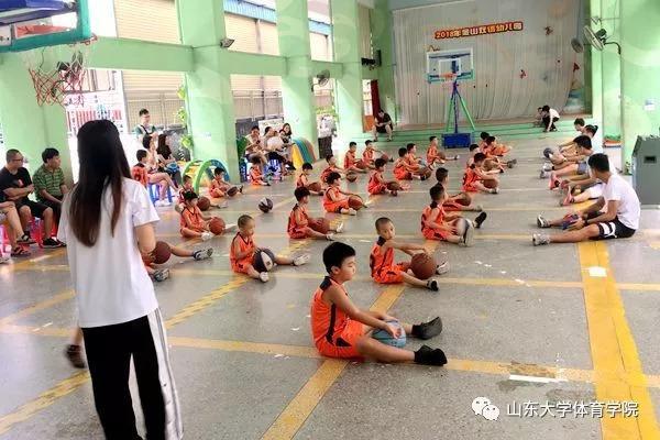 体育 正文  课程开始,幼儿园的教练以及团队的王志明和刘强组织小朋友