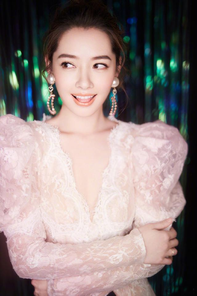 郭碧婷穿V领亮片裙性感撩人!未修图也如此迷人,她已经34岁了?