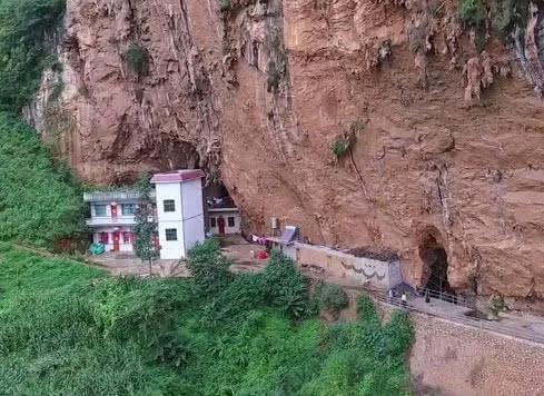 贵州一家人在深山悬崖下安家,全村只有一家人,几乎不生病
