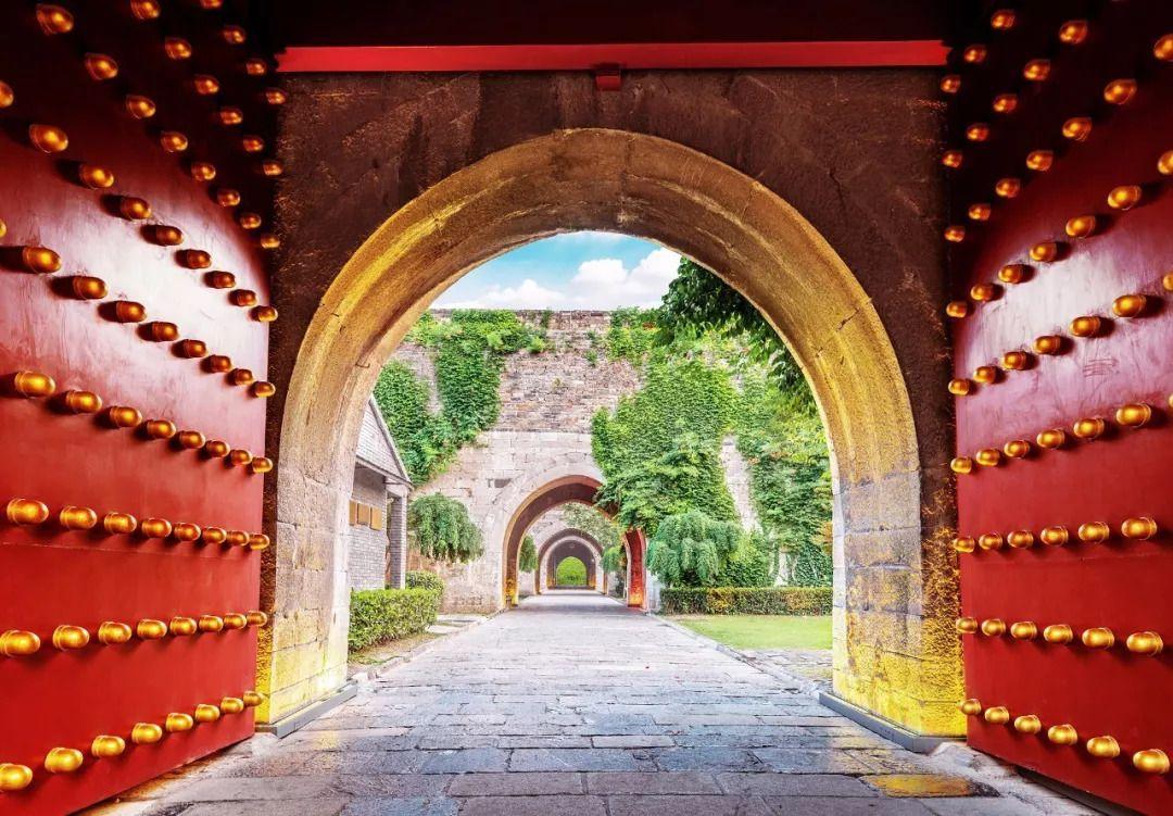 Cổng thành mở vào phía trong sẽ thuận tiện hơn cho việc bảo dưỡng hơn.