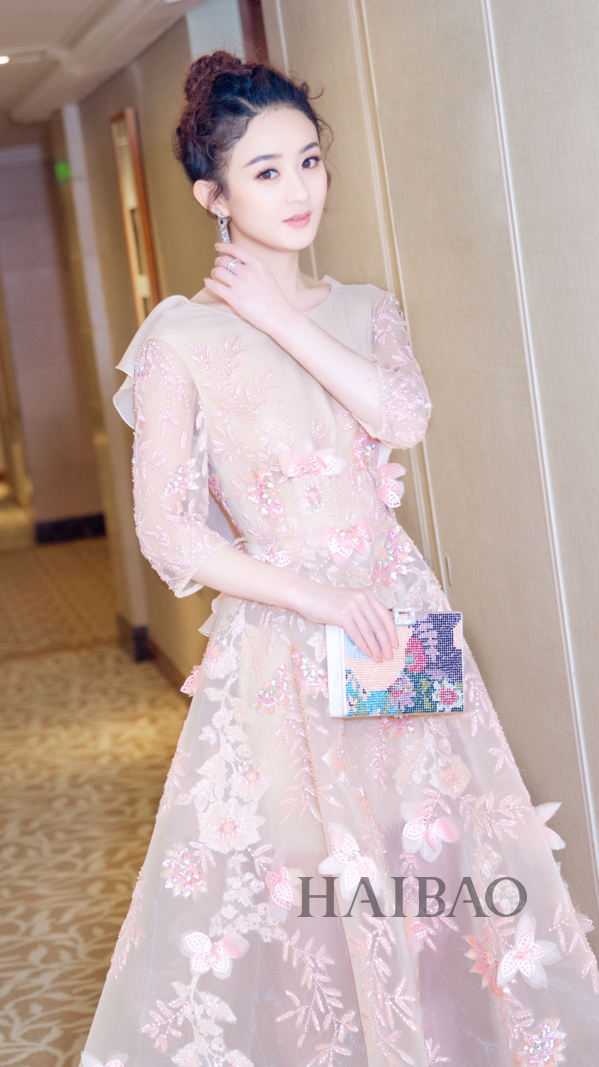 赵丽颖和冯绍峰被偶遇同框了?我只看到剪短发的颖宝美了这么多!