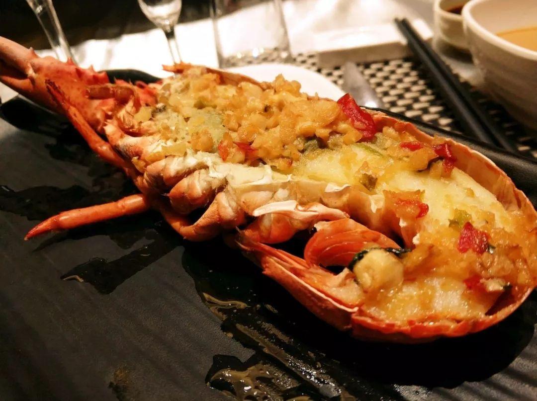 波斯顿龙虾,大闸蟹,鲍鱼,活蹦乱跳的皮皮虾,各种鲜活海鲜,铁板烧,刺身