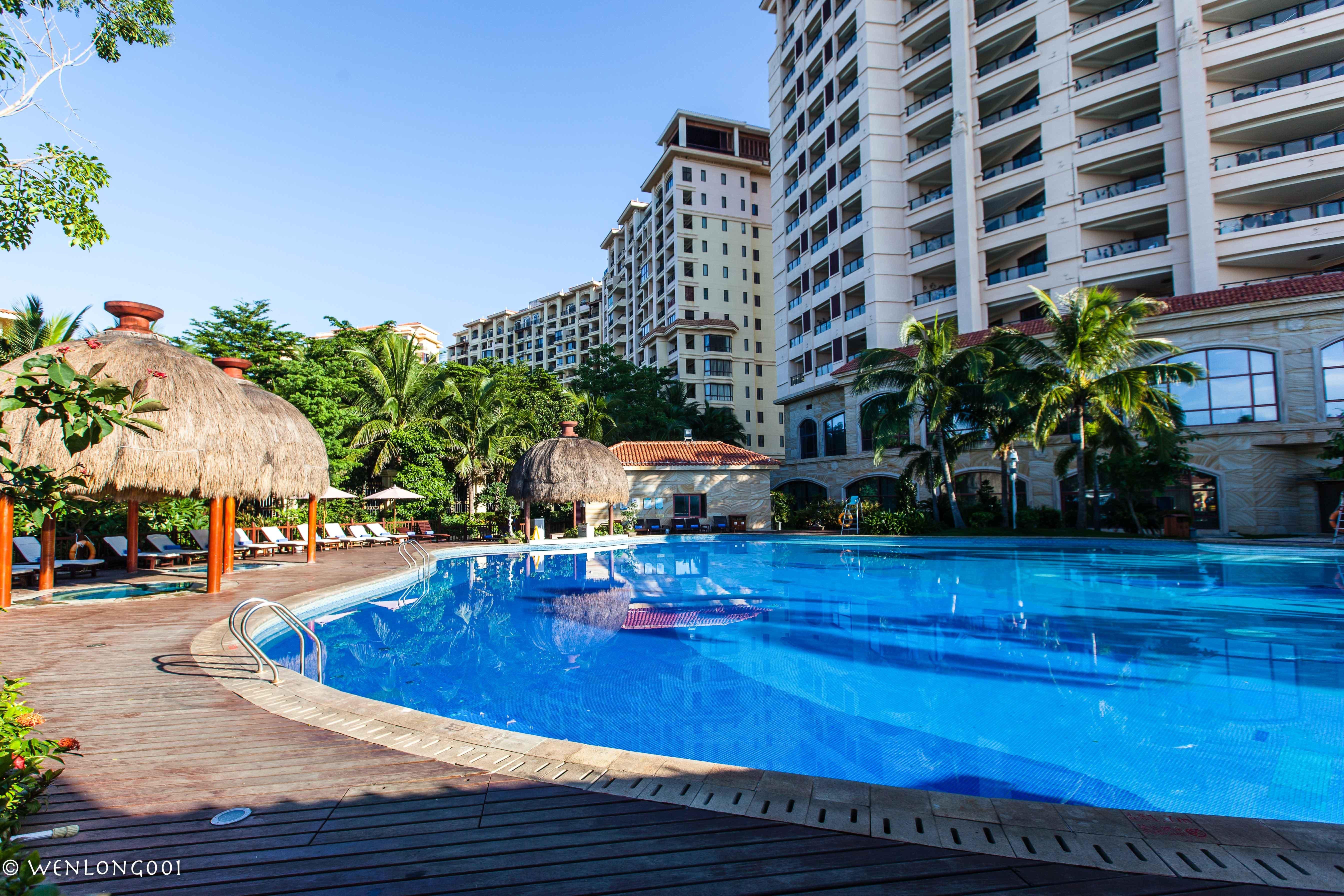 这可能是离三亚机场最近的酒店了,泳池连着大海