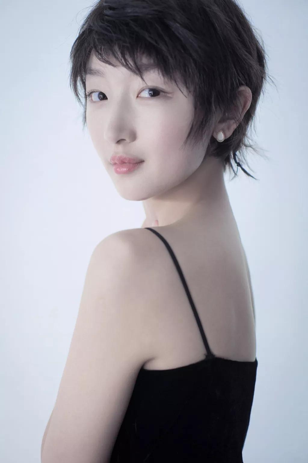 周冬雨和赵丽颖撞衫输了,网友:发型像化妆到一半的孙悟空!
