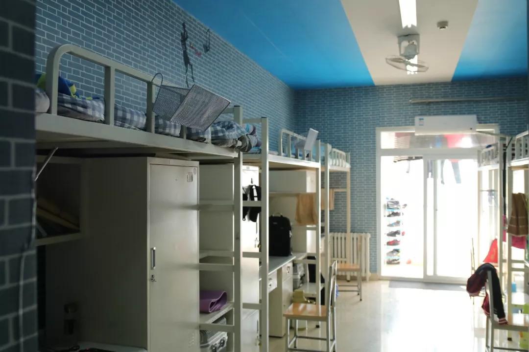 教育 正文  西区的宿舍大部分都是八人间上下铺,有些楼有独立的卫生间图片
