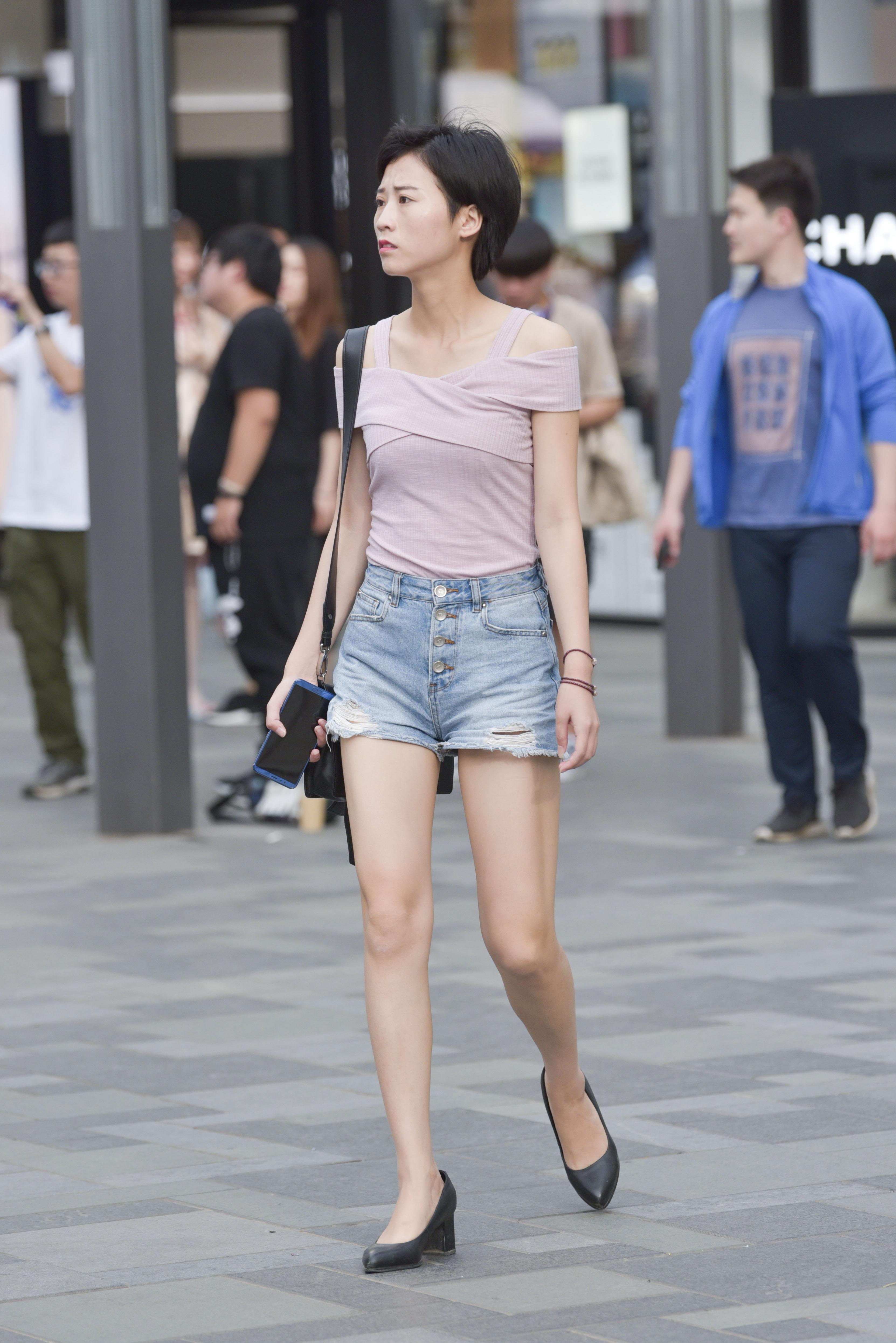 街拍短发气质小姐姐,热裤美腿秀出来 - 街拍客 - 街拍
