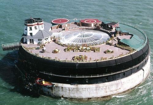 全球最孤独的酒店,斥巨资兴建在大海中央,曾是英国的军事基地