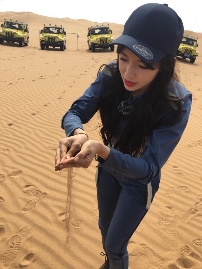 人美胆子大 程潇沙漠徒手抓蜥蜴就问你怕不怕 娱乐八卦 图4