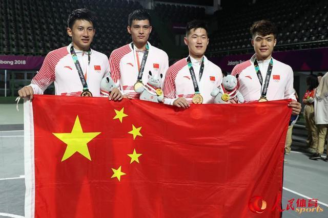 中国男篮队员手持国旗合影图片