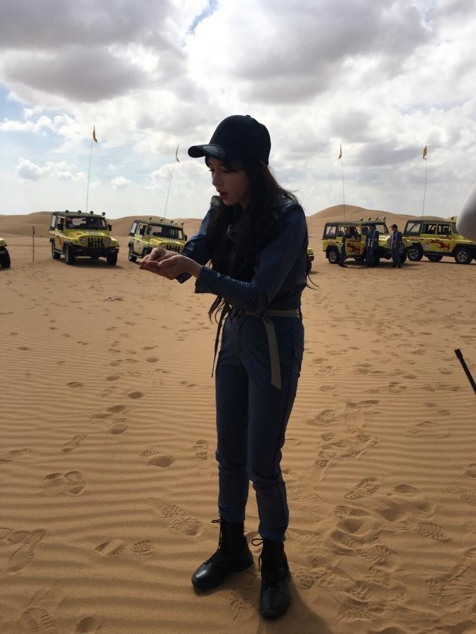 人美胆子大 程潇沙漠徒手抓蜥蜴就问你怕不怕 娱乐八卦 图3