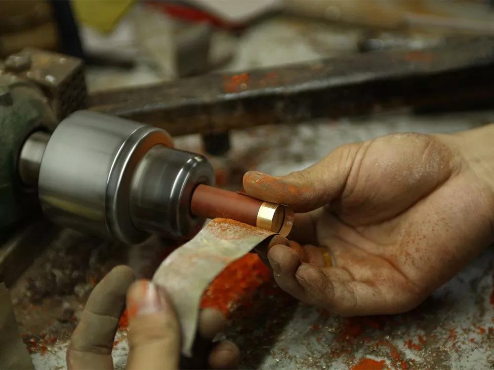 都遵循木头天然的构造纹理进行设计,并且坚持手工制作.