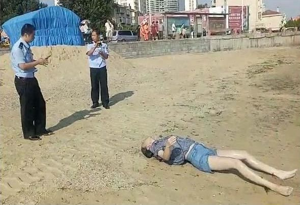 打捞上岸后,由法医接手送往殡仪馆解剖,死因不明.