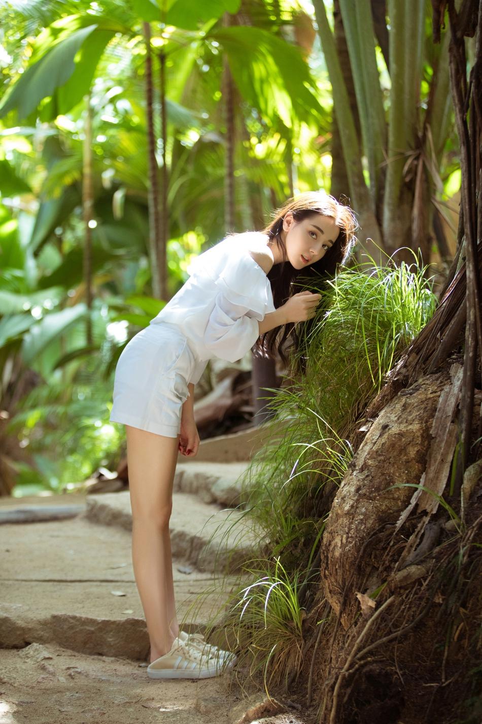 热巴漫步热带雨林 长发飘飘宛若小精灵 风格偶像 图3