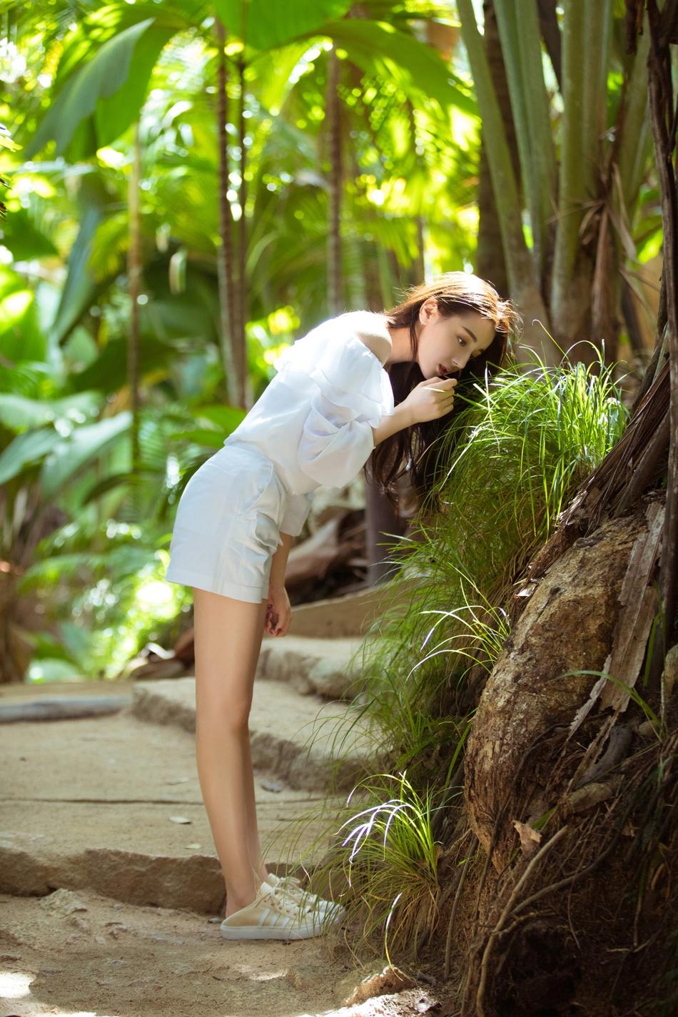 热巴漫步热带雨林 长发飘飘宛若小精灵 风格偶像 图1