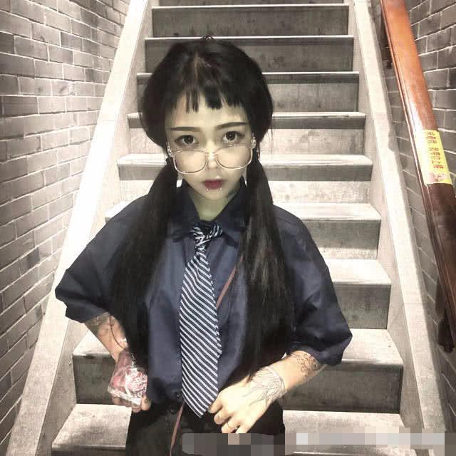 杨清柠闺蜜深夜爆照,大庭广众之下展示新纹身,网友:这