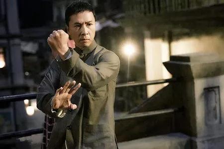 还有李小龙在《猛龙过江》中手持双截棍这样的图片