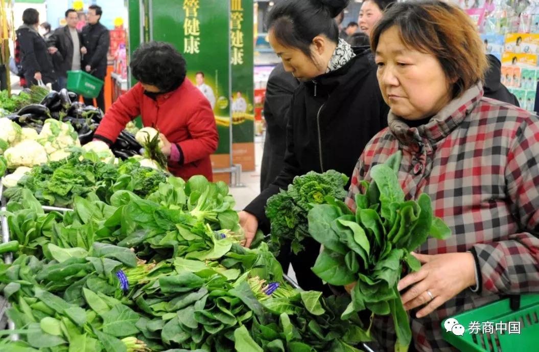 菠菜10块一斤,只有菜篮子涨价?肉蛋菜已连涨24天,这一关键数据将受波及