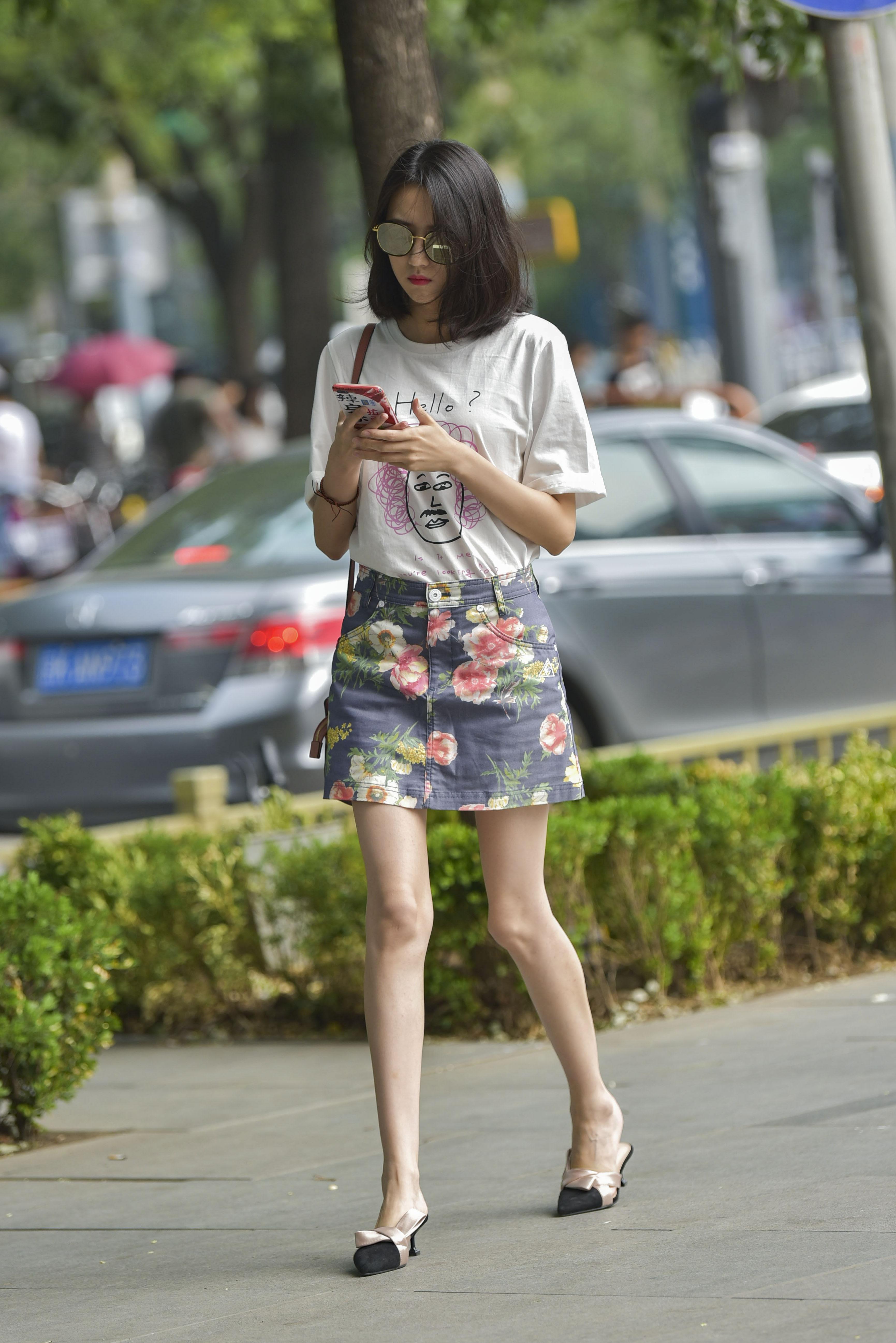 街拍联盟:性感短裙骨感长腿美女,高跟鞋看起来特别舒服