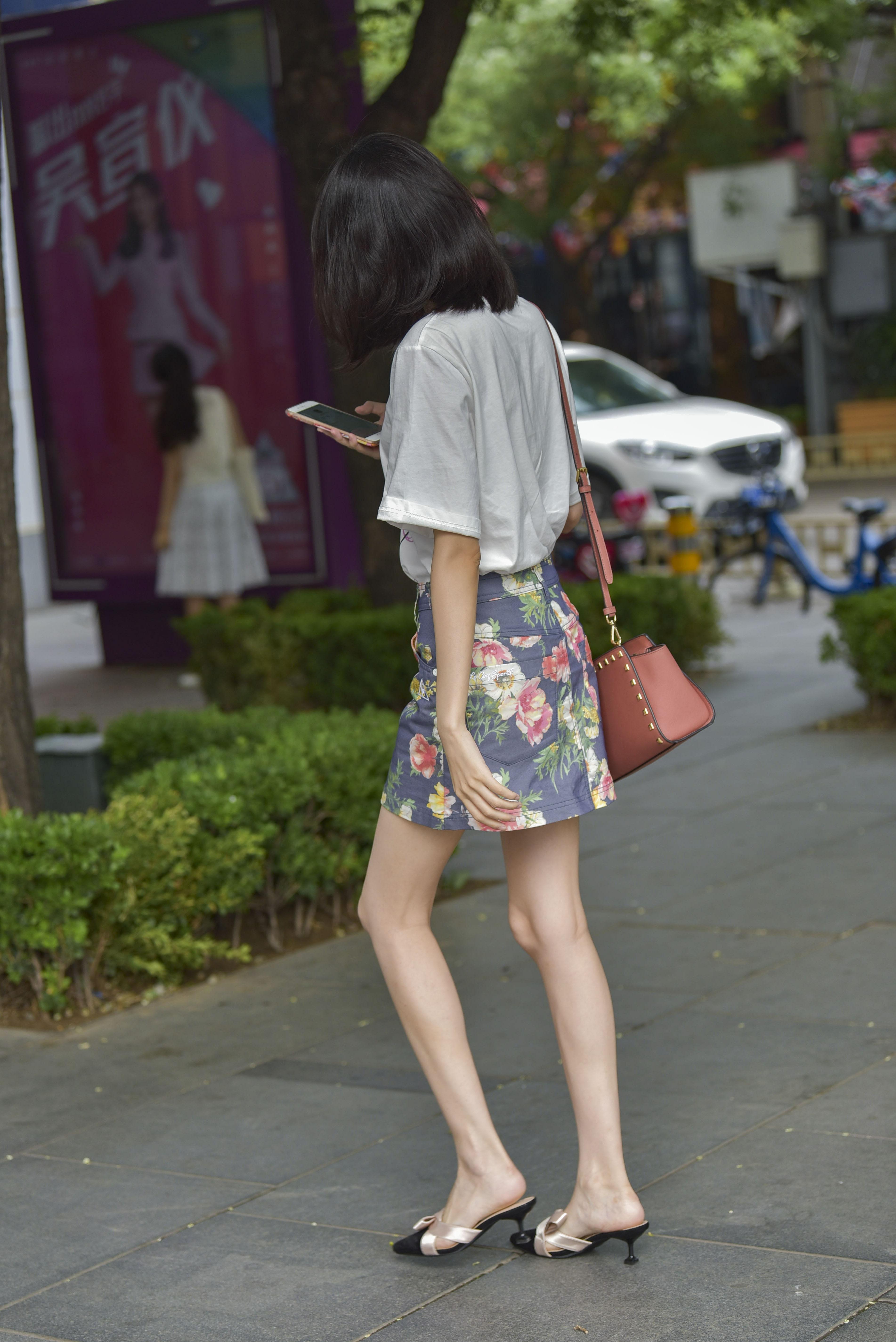 美女高跟鞋晾脚_街拍联盟:性感短裙骨感长腿美女,高跟鞋看起来特别舒服 _姐姐