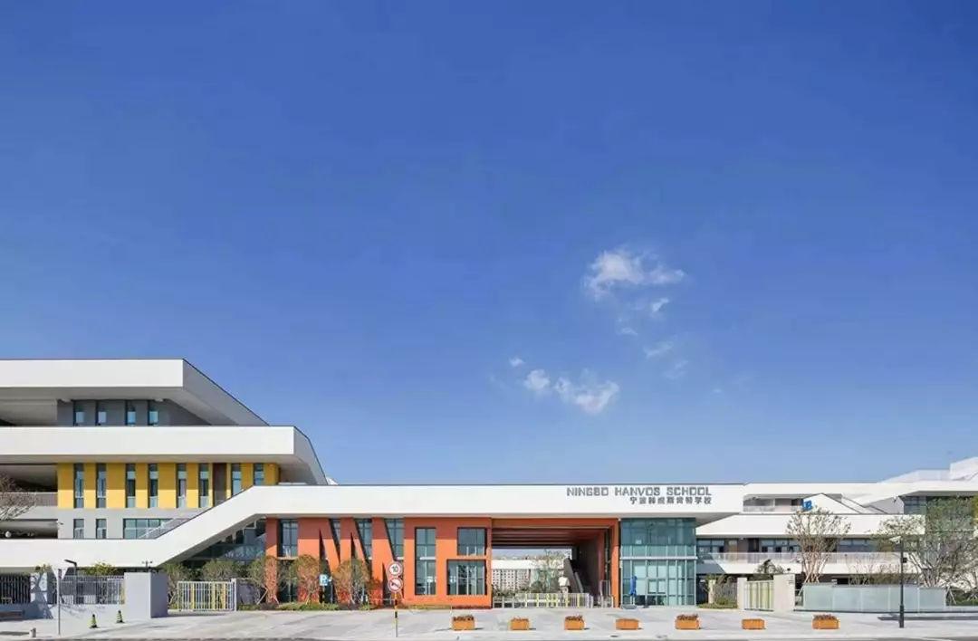 目前,海亮外国语学校拥有4500余名学生,涵盖192多个班(小学国际班