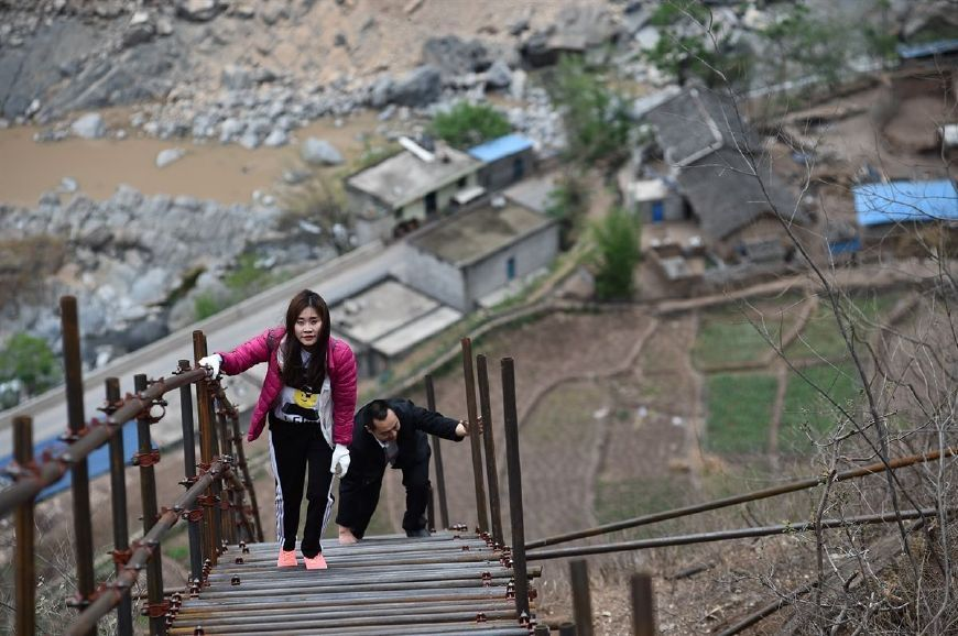 悬崖村离地270层楼高,藤梯换成了钢梯,小伙再也不愁找媳妇了