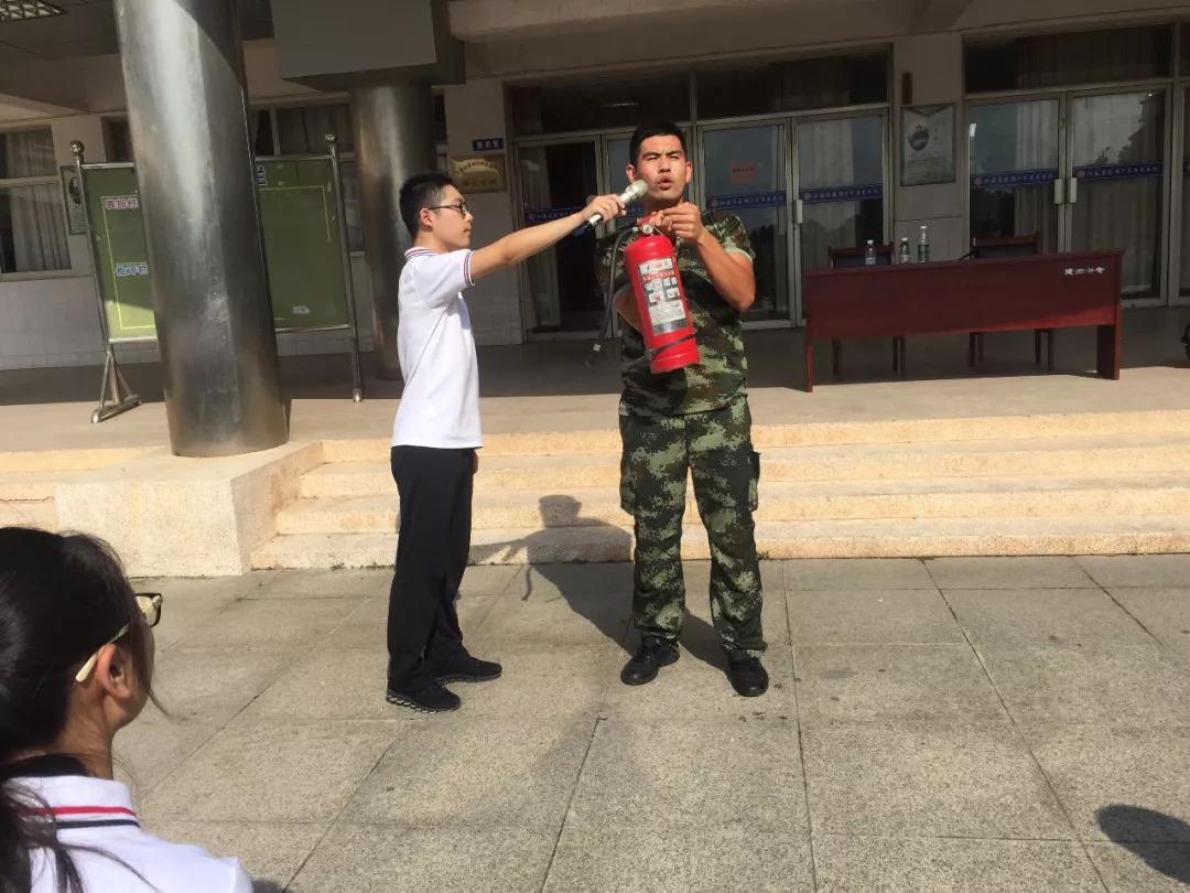 帅气的兵哥哥走进校园,为这群可爱的学生们上了一堂消防安全教育课