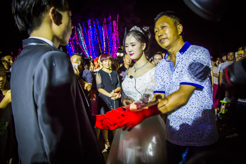 陕州一台两婚礼刷爆朋友圈,一边现代一边古代,地坑院内穿越千年的爱恋