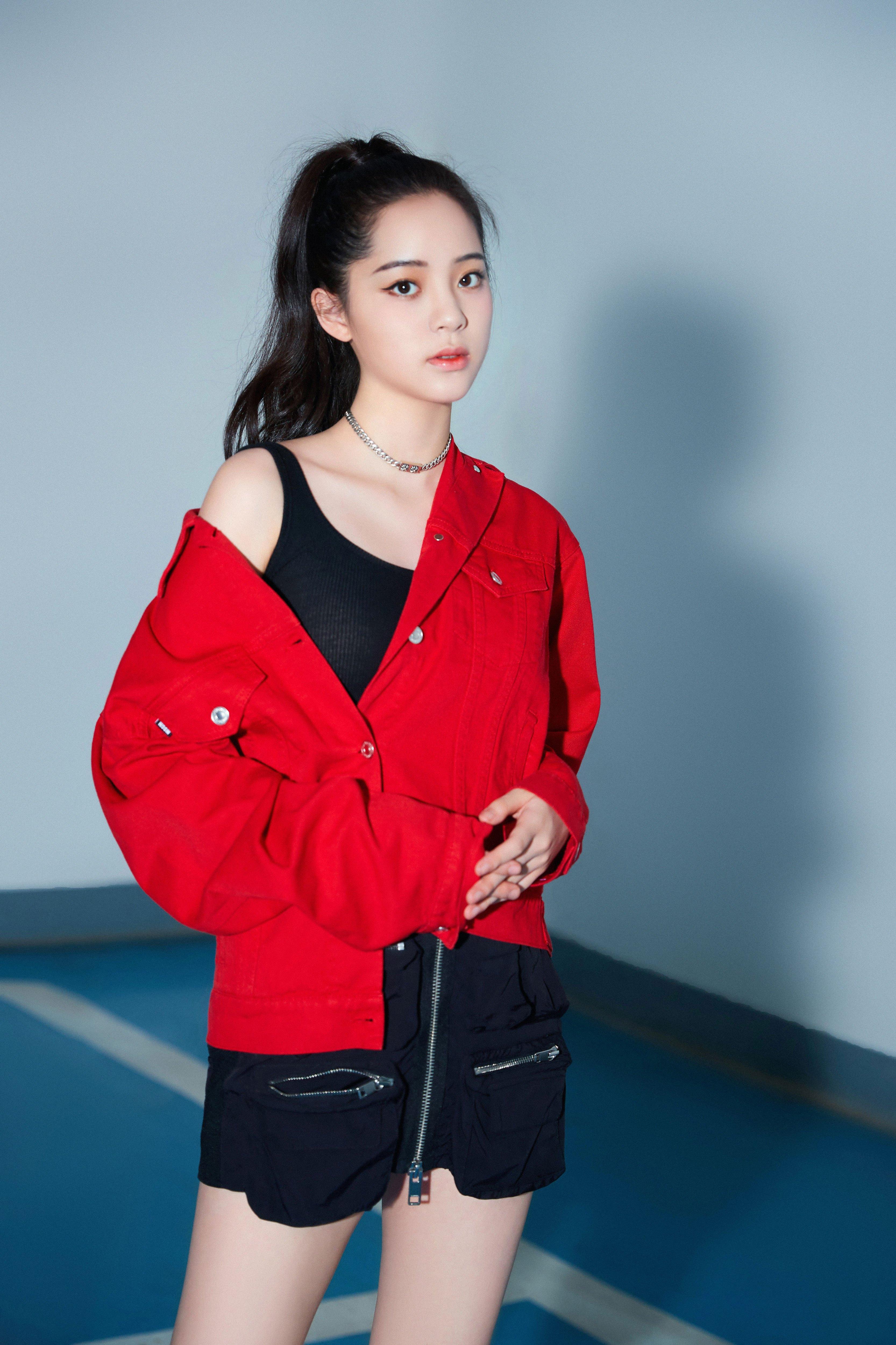 欧阳娜娜写真来袭 红与黑的配色酷而利落