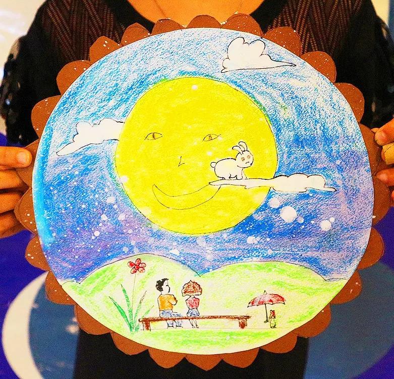 月亮笑脸图   和蔼可亲的月亮奶奶   笑眯眯地看着地上赏月的人   可爱的小兔子   美丽的花儿   五彩缤纷的中秋节烟花