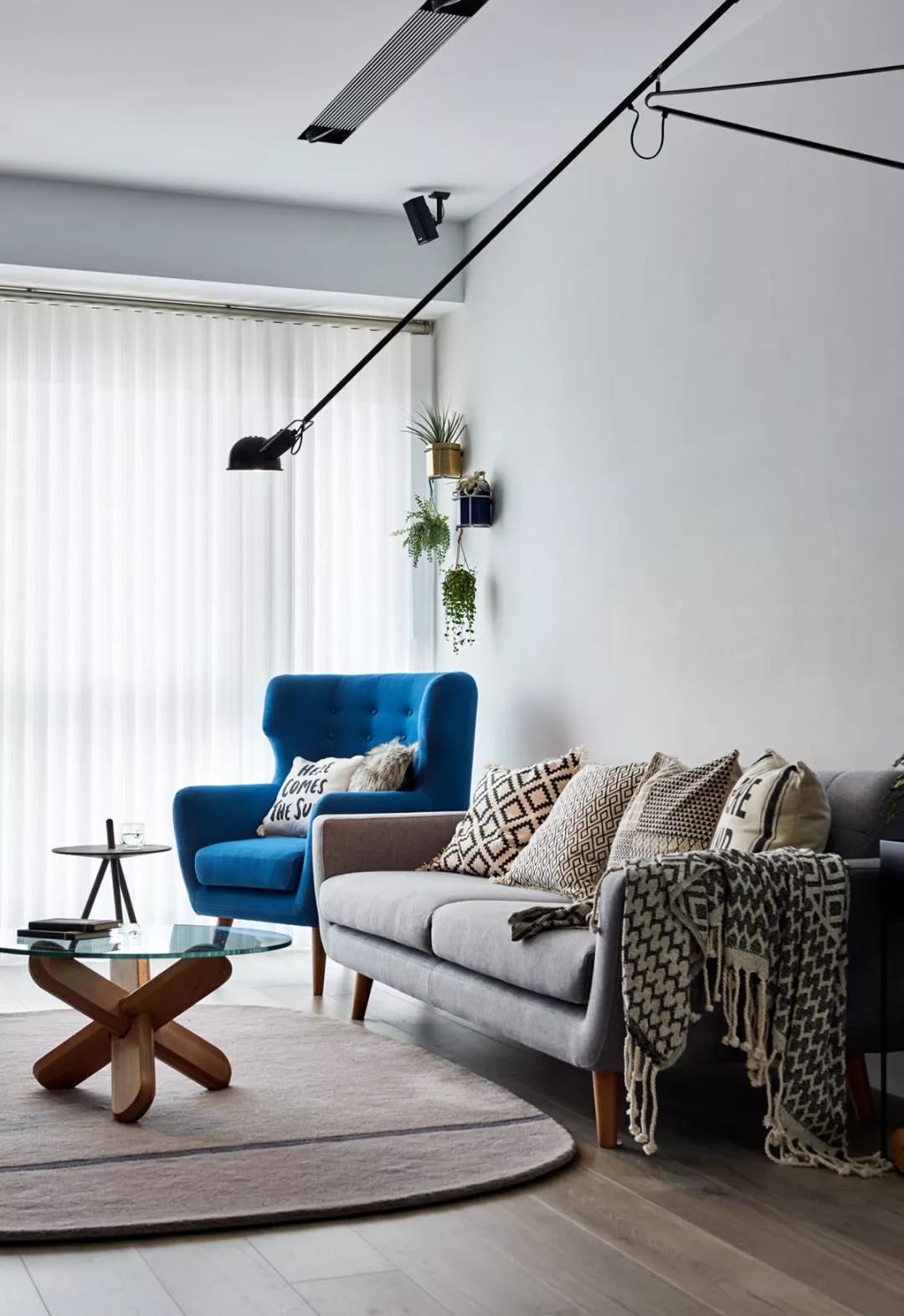 △客厅的储物体系 客厅的沙发与电视背景 平行设置 被拉长的壁灯图片