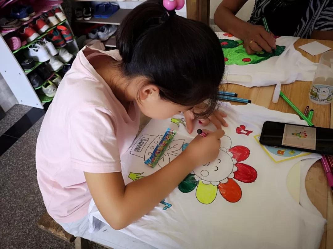 diy手绘t恤  小朋友们在家长的帮助下,利用画笔,发挥天马行空的想象