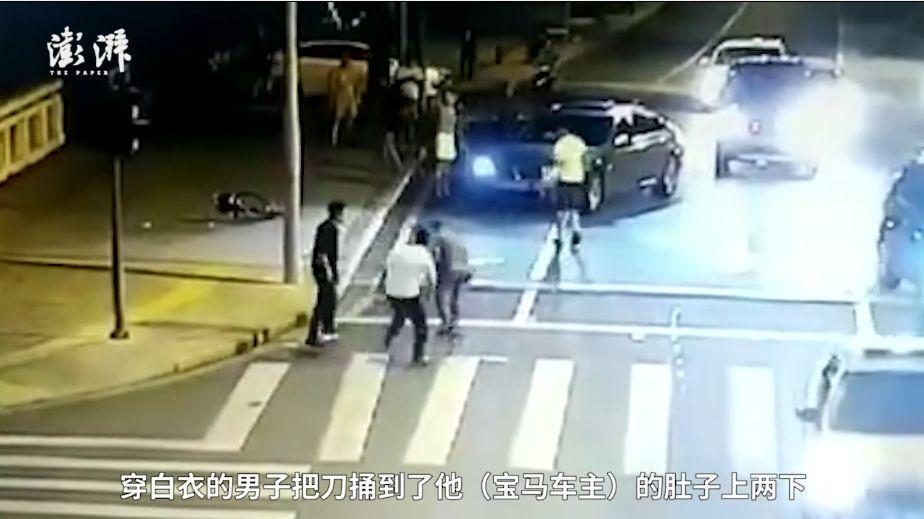 昆山街头砍人案细节:骑车男子身上多处被砍伤,宝马男逃跑后倒地