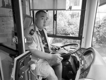 女乘客突发病全车人参与抢救 公交车变成120紧急送医
