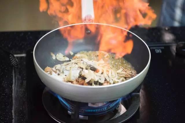洋葱鱼骨入少量色拉油将历史丝炒香,然后放入鱼头,,芝麻,炒锅,虾头,将怎么看鱼尾信用中放图片
