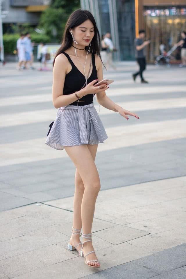 街拍美女下风光_街拍:长腿清凉时尚的小姐姐,性感大方像风景线!_美女