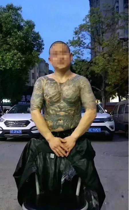 网上披露的纹身男照片