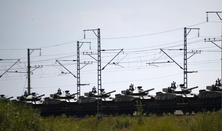 中俄联合军演之际,军列遭到突然袭击,巡查士兵果断开枪