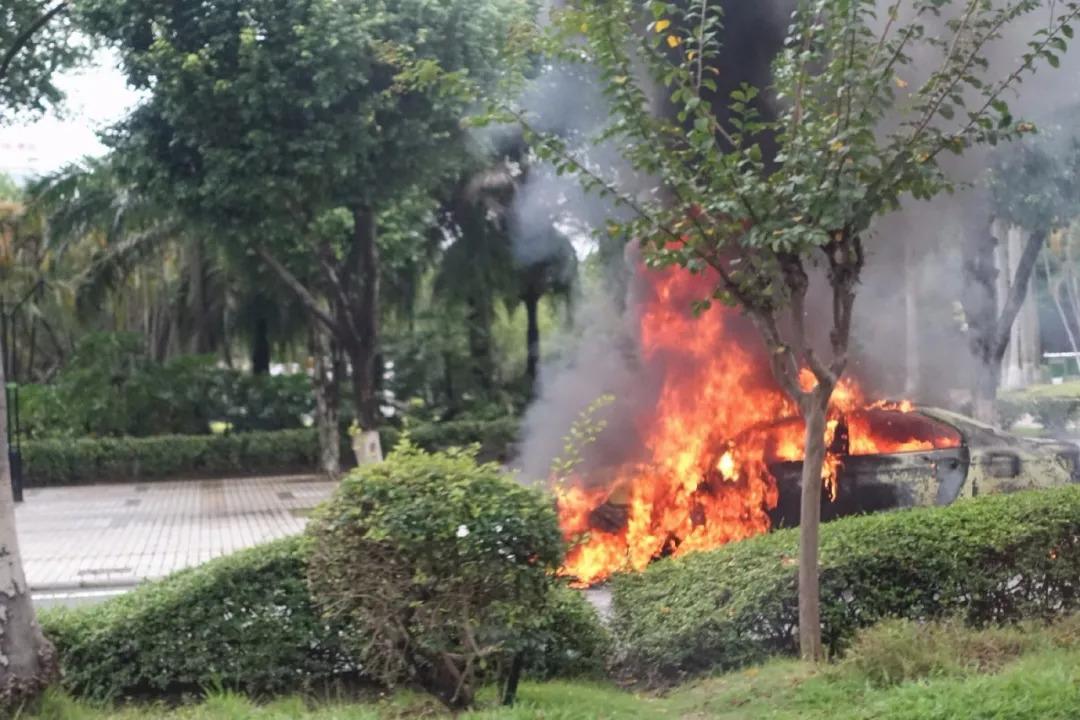 广州一辆力帆电动车起火爆燃视频曝光,现场燃起熊熊烈火