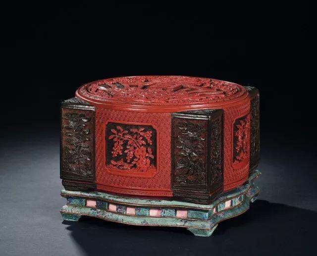 清乾隆 御制剔彩春寿琮式套盒 (一对)