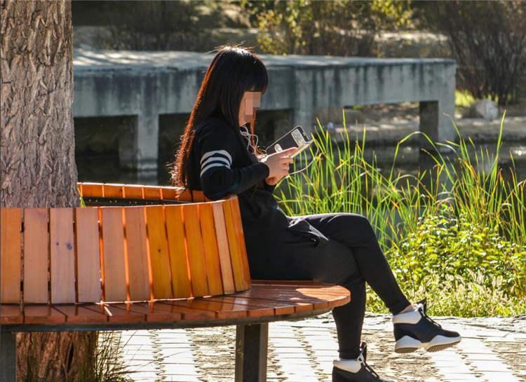 妈妈在公园玩手机,4岁女儿被拐走,孩子一句话救了自己