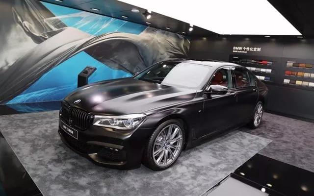 而宝马m4敞篷版车迷限量版新车型则采用了更加独特的澳门蓝色车漆