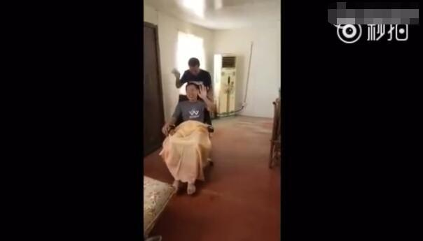 """高铁霸座男笑坐轮椅喊""""龙哥""""推车 热搜事件 图6"""
