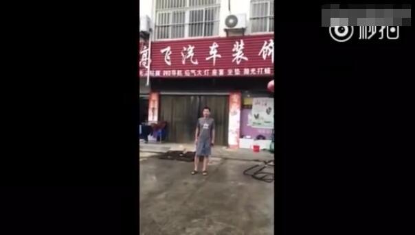 """高铁霸座男笑坐轮椅喊""""龙哥""""推车 热搜事件 图1"""