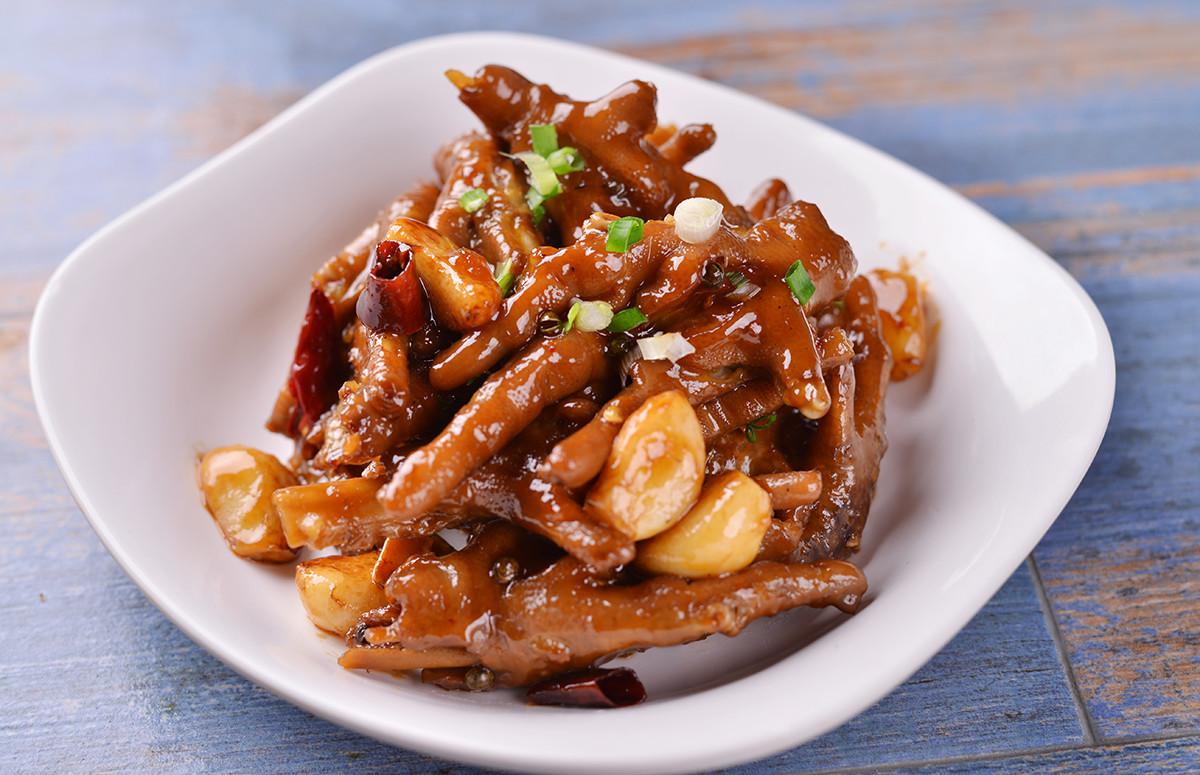 姜蔥辣椒爆香,和鳳爪一起燜煮,鳳爪的每一絲都充分入味,肉軟嫩,吃的圖片