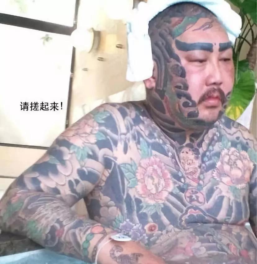 龙哥36岁的生命活的像个笑话,他戏剧性的死亡也像个笑话,身上的纹身