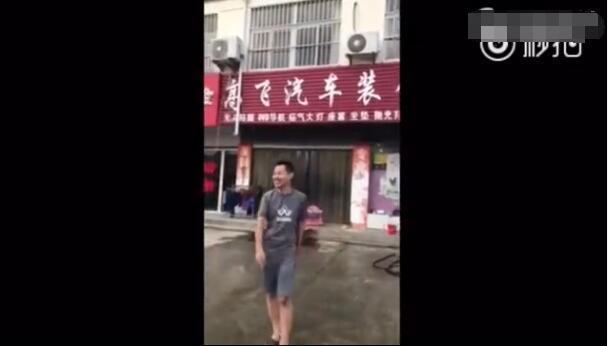 """高铁霸座男笑坐轮椅喊""""龙哥""""推车 热搜事件 图2"""