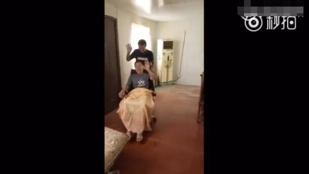 """高铁霸座男笑坐轮椅喊""""龙哥""""推车 热搜事件 图7"""